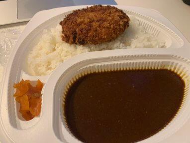 田中カレーのデリバリーメンチカツカレーを意識高く食す。ウマい。